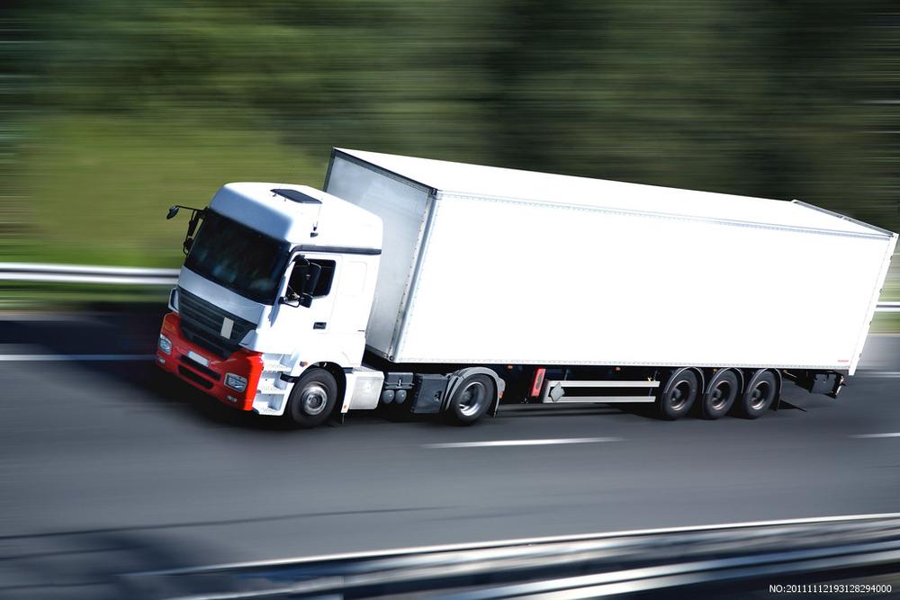 对于拖挂型货车来说,惯性会导致主车和挂车折叠,容易造成侧翻事故.图片